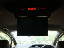 天井には、【純正12型フリップダウンモニター】も装備されております♪お子様など、ロングドライブでも退屈せず楽しくお過ごしいただけます。