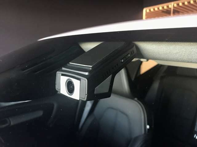 フロントウィンドウにはボルボ純正のドライブレコーダーを装備 クラッシュテストなどボルボの厳しい安全基準に従って開発された純正品は、映像をスマートフォンにて確認できる高性能な一品です