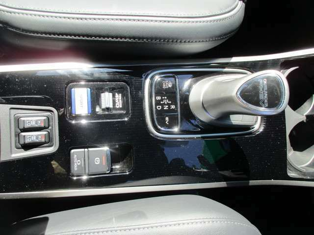 シフトレバー付近には、オートパーキングスイッチやフロント左右のシートヒーターも装備しています。