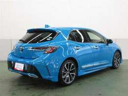 高級車の定番「ダブルウィッシュボーン式」のリヤサスペンションを採用。質感に優れた、心地よい乗車感を実現しています。