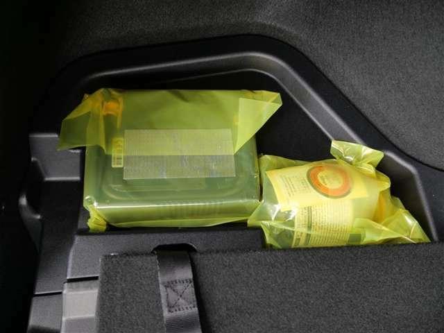 【パンク修理キット】タイヤパンク時に修理剤を注入し、緊急時の走行を可能にします。