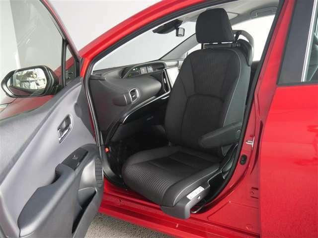 【サイドリフトアップ車】助手席 又はセカンドシートが回転し、ドアの外側へ移動して車椅子からの乗り降りが楽にできます。