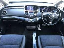 黒を基調とした落ち着いた雰囲気の室内となっております♪所々にウッドパネルが使われており、シートはハーフレザーシートとなっておりますので高級感も漂いますね♪禁煙車ですので清潔感溢れる車内です♪