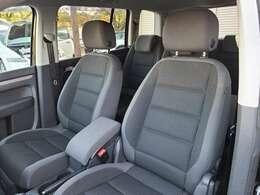 助手席側は、シミ汚れや焦げ穴などもなくとても良好な状態のシートになっています♪体の大きな方が乗車しても十分にゆとりのある座席になっており、見晴らしの良い窮屈感を感じさせない車内になっています♪