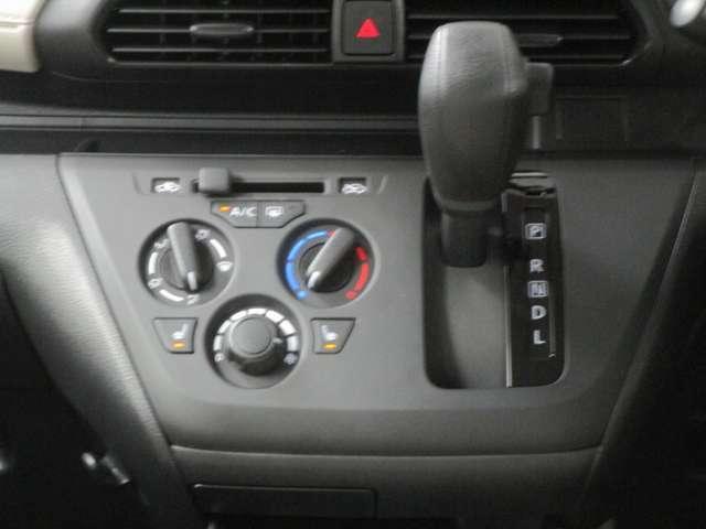 操作も簡単なダイヤル式マニュアルエアコンです。運転席・助手席にはシートヒーターも付いています。
