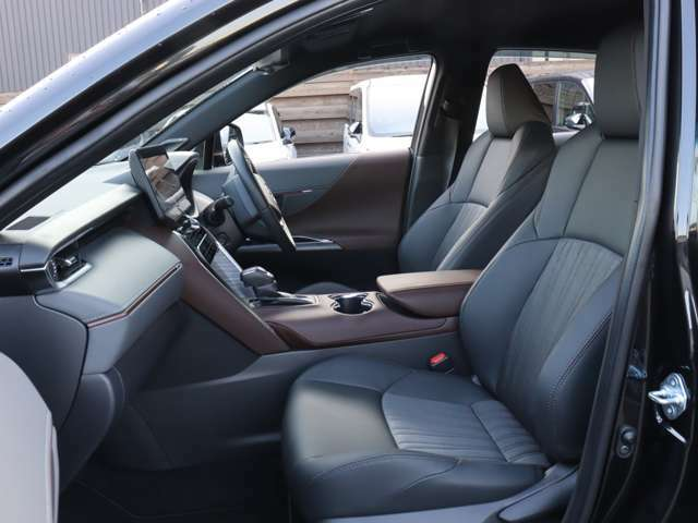 【 運転席 / 助手席 】「大人のさりげないセンス」をテーマにデザインや質感にこだわり抜いた室内空間となっております!