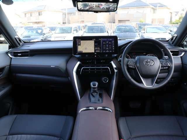 【 前席全体 】全長、全幅、ホイールベースが延長、全高はダウンし流麗なクーベフォルムが追求されております!新プラットフォーム採用で高剛性かつ低重心の優れた操縦安定性、静粛性を持つ車が誕生しました!