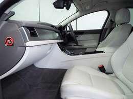 長時間の運転でも疲れにくいグレインレザーシート。10way可動式レザーシートを装備しております。