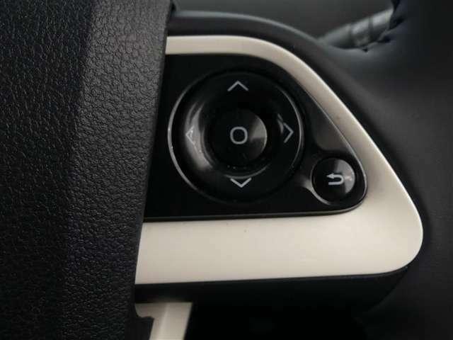 【ステアリングスイッチ】ハンドルから手を離さずに、エアコン温度調整・内気外気切り替えが可能です。