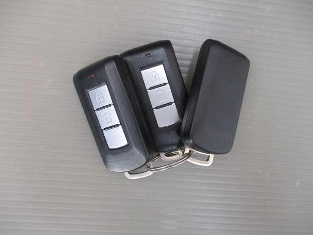 インテリジェントキー2つ。鞄やポケットに入れておいても操作が出来ます。