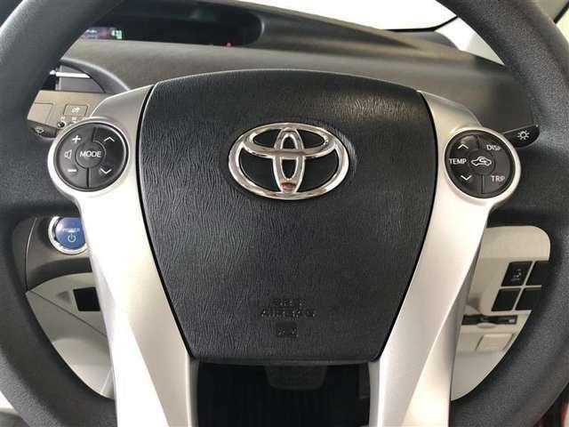 ステアリングスイッチ搭載!ハンドルひとつで、手を離さなくても手元のスイッチで音量調節や選曲操作ができます。運転中、視線をそらさなくても操作ができて便利です。
