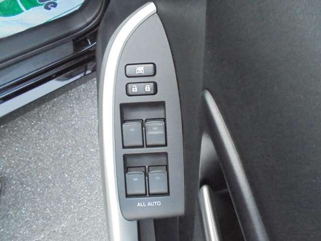 全席オートパワーウィンドウで開閉操作もラクラクです。運転席から全ての窓を開閉可能ですしロック機能付きで後席にお子様が乗っていても安心です。