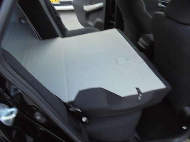 後部シートを倒せば、長い荷物も入れることも可能です。