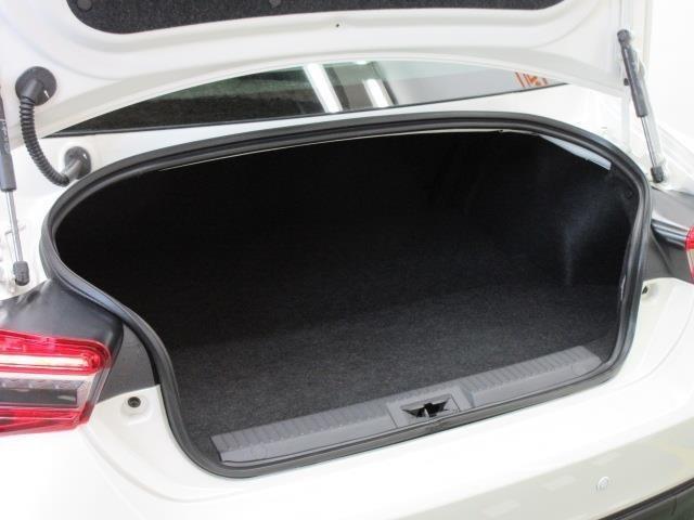 スポーツカーとしては、十分な広さのトランクルームです。