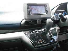 フルセグTV・CDチューナー付きナビゲーション搭載車です。長距離ドライブでも快適ですね。