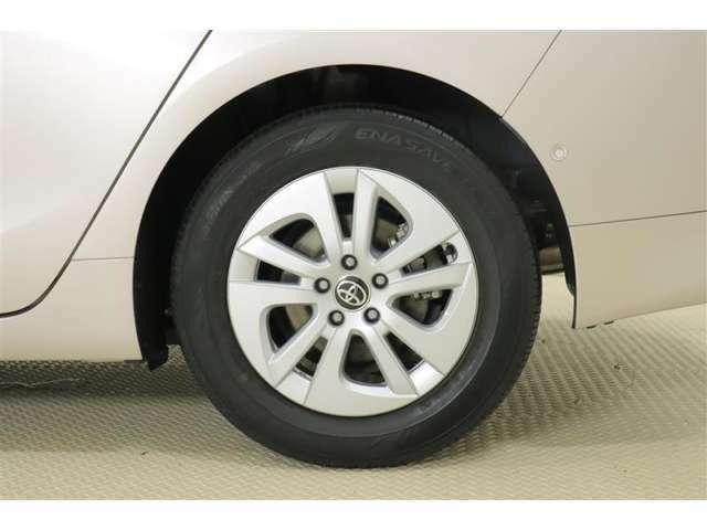 純正アルミホイールはデザインも良く精度は高め。走行安定性がとてもいいんです。タイヤサイズは195/65R15になります。