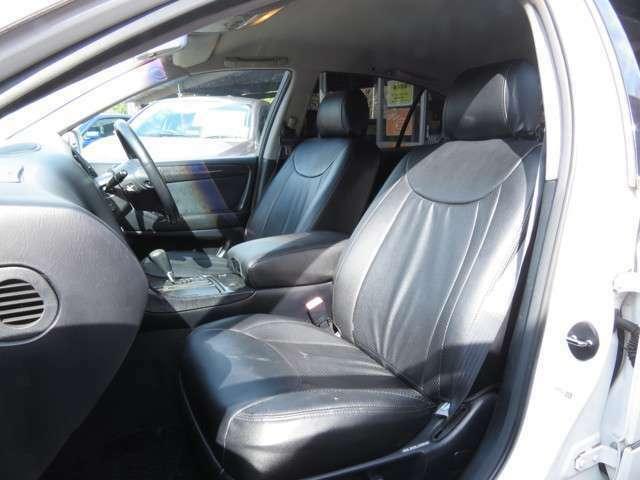 運転席と助手席 黒一色で統一されています