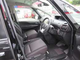 ◆前面ドア運転席◆ドアの開口が広く乗降ラクラク。シートの幅も広く運転していてもストレスを感じません。足元も広く快適なドライブを演出してくれます。