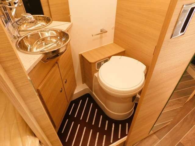 カセット式トイレ!温水可能なシャワー!給排水タンクは各90L!