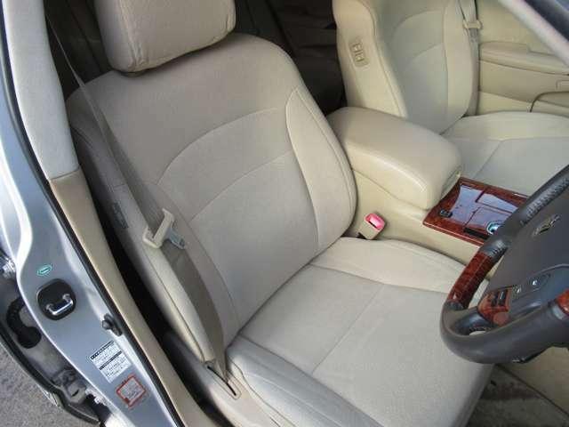 フロントシートはパワーシートとなっています。お好みのドライビングポジションを設定できます。