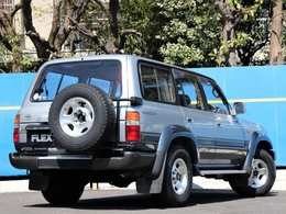 最近人気の背面タイヤ付きです。RV車はやっぱりこのスタイルが渋いです。キャンプ場やゲレンデ、海辺の駐車場などで、わざわざタイヤをどかしてからリアゲートを開ける姿が、映えます。