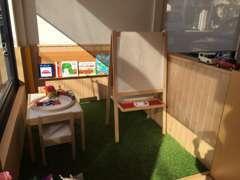 店内に人口芝がひかれたキッズスペースもご用意。お子様に読んで頂ける絵本もございますのでお子様連れのお客様も安心です!