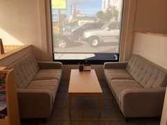 店内には2つのテーブル席とは別にソファー席もご用意。お飲物を飲みながらよりゆったりとお過ごし頂くことができます。