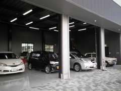 自社整備工場♪リフト・タイヤチェンジャーも完備しておりますので丁寧な整備を致します。