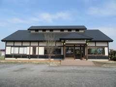 和風作りの建物で広々とした駐車場です♪