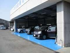 自社工場完備。入庫車や納車前のお車を再度、点検・整備・掃除して納車します。車検は鹿児島県下有数の台数実績を誇っております
