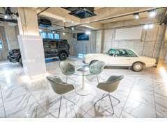 メルセデスベンツ、ポルシェといった高級車が並ぶ特別な空間になっています。