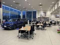 ★『ショールーム』、白で統一されたクリーンなショールームでは、常時5台のフォルクスワーゲン車を展示しております。