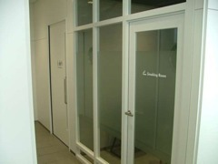 ★『多目的トイレ&喫煙室』、小さなお子様のオムツ換え台やオストメイト対応型トイレを完備しております。