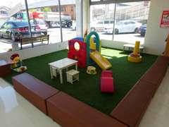 店内には、大きなキッズスペースもご用意しておりますので、お子様連れの方でも安心してご商談して頂くことが可能です!