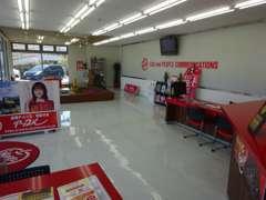 店内は白色と赤色をベースに、明るく清潔感がございます☆車のことなら売るのも買うのもアップルへご相談下さい!