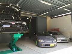ガレージ内は広々。ご希望であれば納車まで屋内保管も対応可能。