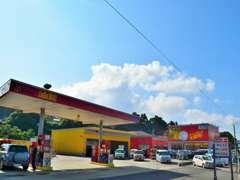 お車をご購入頂くとガソリンがお安くなるサービスもございます。スタンドは本店他に佐世保店、平戸中部店がございます。