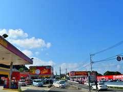 国道204号線沿い、長崎県平戸大橋から佐世保市側へ車で2分(1.4km)。「車検館」「車楽館」の赤い看板が目印です。