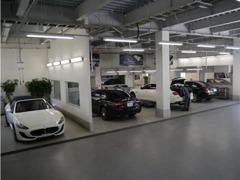 敷地内併設の工場は6台のピットスペースを完備しています。