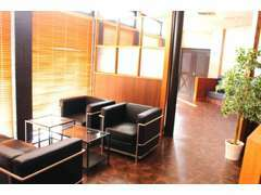 商談スペースは、陽当たりが良い場所に一人掛けソファを。さらに、2~3人掛け長椅子タイプのスペースもございます!