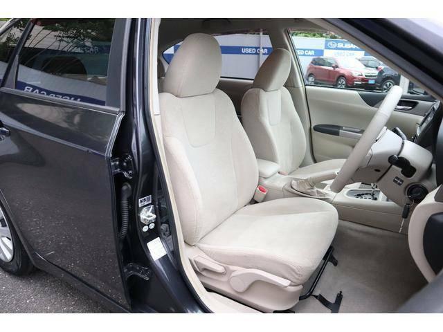 車内は明るい印象のベージュ長時間の運転でも疲れにくいシート