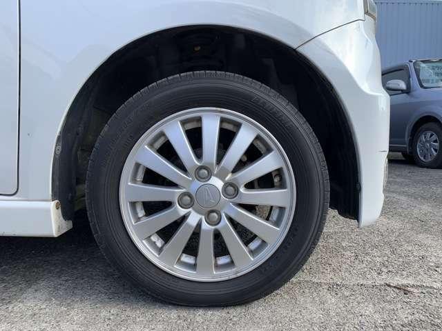 タイヤは、純正14インチAWにノーマルタイヤをはいており、タイヤサイズは155/65R14、タイヤ山はおおよそ各5分山程度です。 スペアタイヤは車内に積込んであります。 試乗、見るだけ、冷やかし大歓迎