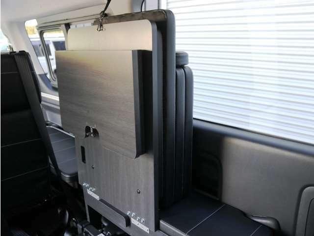 3列目シートは跳ね上げ収納が可能です!外したベッドマットも跳ね上げたシートの間に収納可能です♪