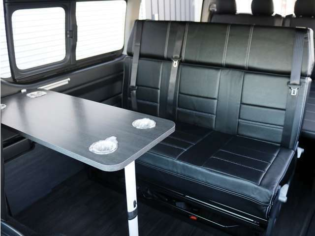 2列目は3人掛けシート!シートはフルフラット展開後ろ向き展開・前後移動・左右移動が可能です♪2列目シートの前には、脱着可能なサイドテーブルの設置が可能です!