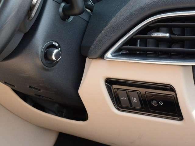 ハンドル位置も電動テレスコで微調整まで可能でパワーシートメモリー連動で記録します。