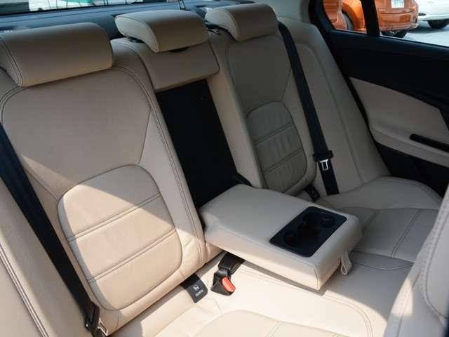 後席の方用肘掛とドリンクホルダー 快適なドライブを続ける必須装備です。