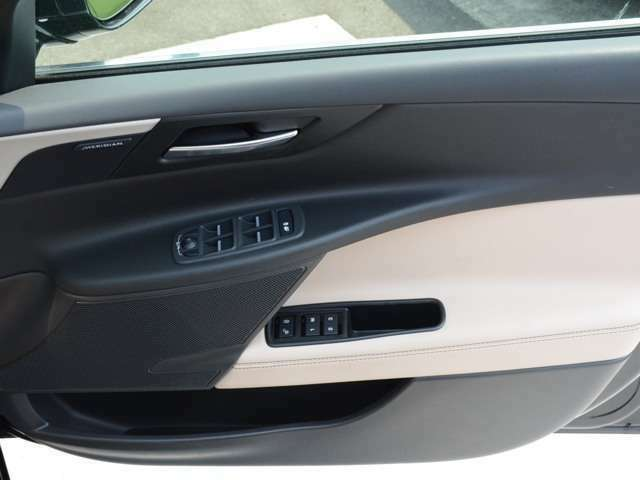 3名分のシート位置を記憶できるメモリーシートを装備。ドライブにお好みの音楽をMERIDIANサウンドシステムシステムで快適なドライブをお過ごしください。