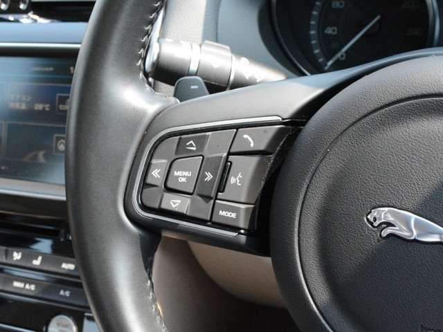 機能的に配置されたスイッチ。ナビやオーディオ、車両設定は全て10.2インチのモニターで操作できます。
