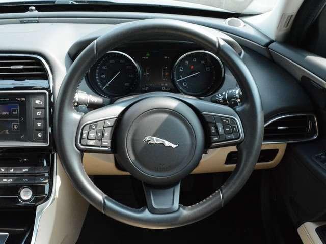 機能的に配置されたスイッチ。ナビやオーディオ、車両設定は全て中央のモニターで操作できます。
