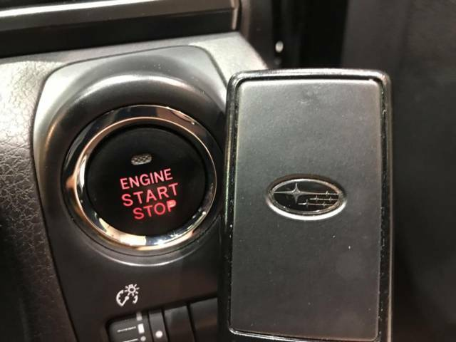 【アクセスキー&プッシュスタート】カバンやポケットに入れたままでもドアの施錠・解錠が可能なスマートキーを装備。エンジンのオン・オフ時もカギを取り出す必要が無く、ボタンをプッシュするだけでOK♪